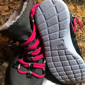 Nike Shoes - Nike Rosherun Hi SneakerBoot